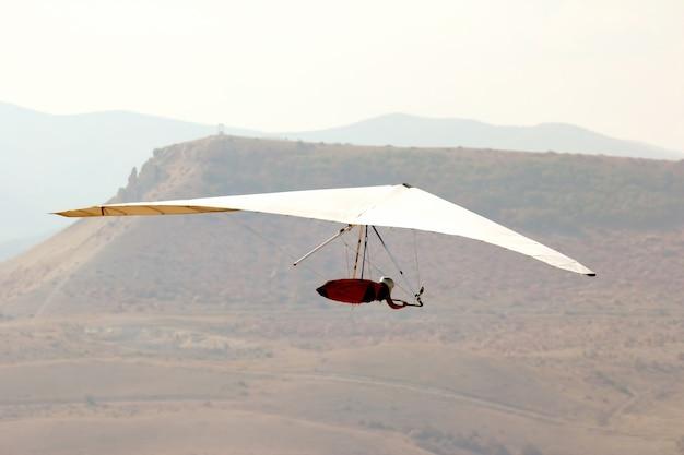 ハンググライダーで飛んでいる男