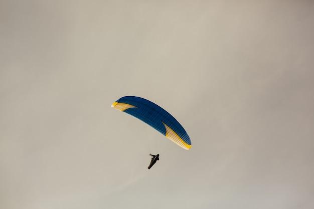 パラグライダーで飛んでいる男。