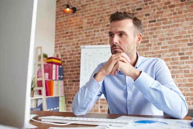 L'uomo si è concentrato mentre si lavora al computer