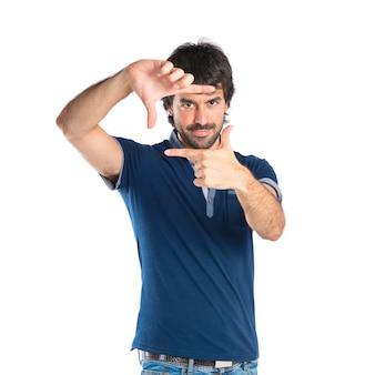 Человек, сосредоточившись пальцами на белом фоне