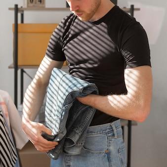 Primo piano della camicia di jeans pieghevole uomo