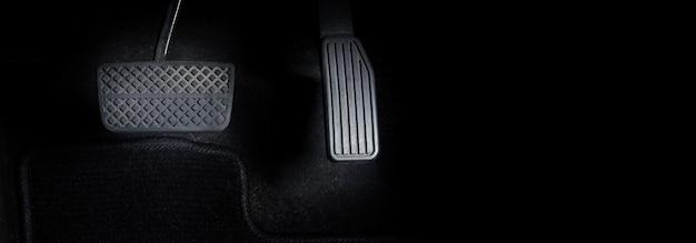 자동차 또는 차량 내부의 남자 발과 가속기 및 브레이크 페달과 검은색 복사 공간