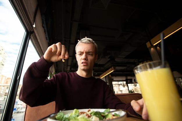 Мужчина обнаружил что-то отвратительное в своей еде в ресторане. плохая концепция обслуживания клиентов