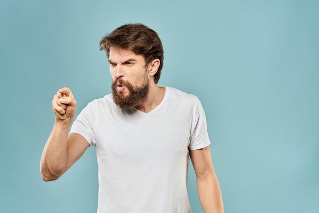 Человек жесты руками эмоции недовольство белая футболка синий фон