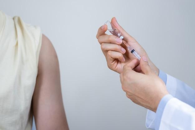 Человек получает прививку от кори