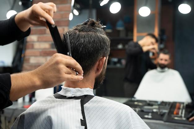 散髪をクローズアップする男