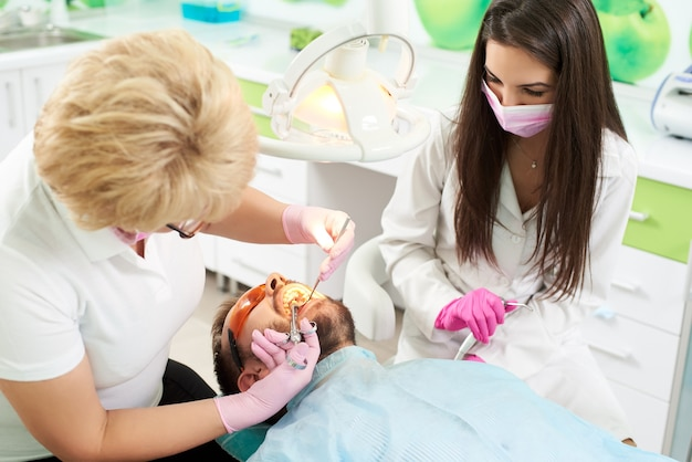 치과에서 마취를받는 남자