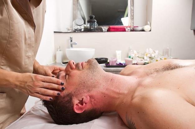 Мужчина получает массаж в центре красоты