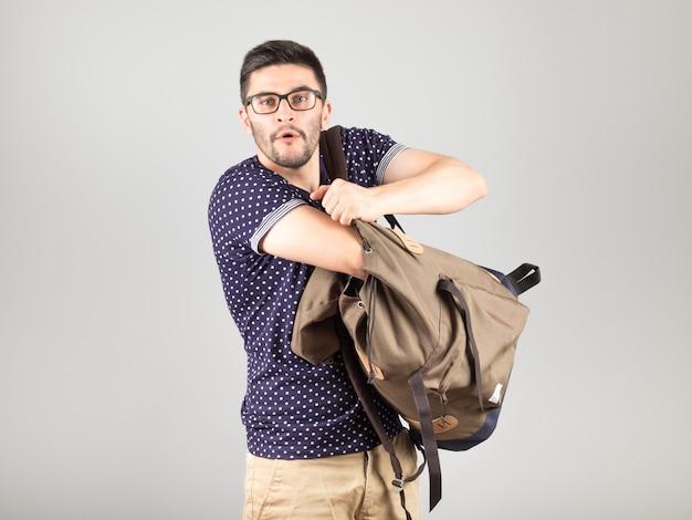 Человек достает что-то из своего рюкзака