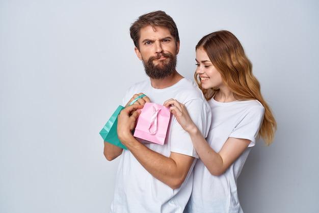 男性は女性に贈り物の休日の感情の驚きを与えます