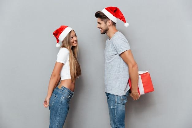 Мужчина дарит рождественский подарок своей девушке