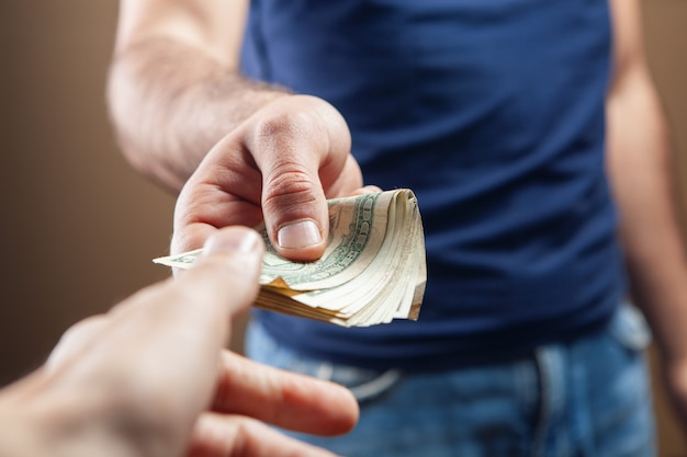 남자는 갈색 바탕에 돈을 준다