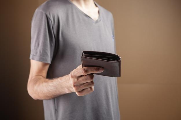 남자는 갈색 바탕에 지갑을 제공합니다
