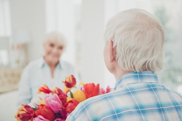 Мужчина дарит жене букет цветов
