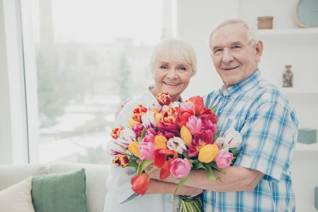 彼の妻に花束を与える男
