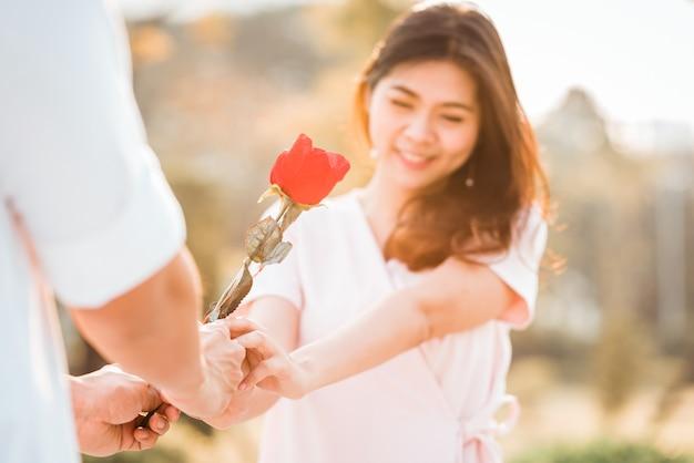 バレンタインの日に女性にバラを与える男