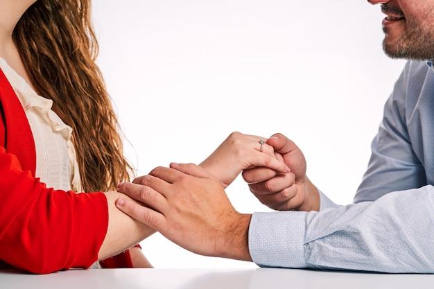 パートナーにプロポーズするために婚約指輪を与える男性。バレンタインデーと恋にカップルの概念。