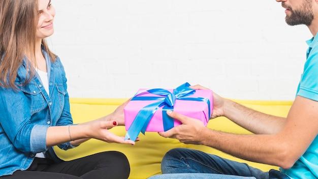 그의 여자 친구에게 생일 선물을주는 사람
