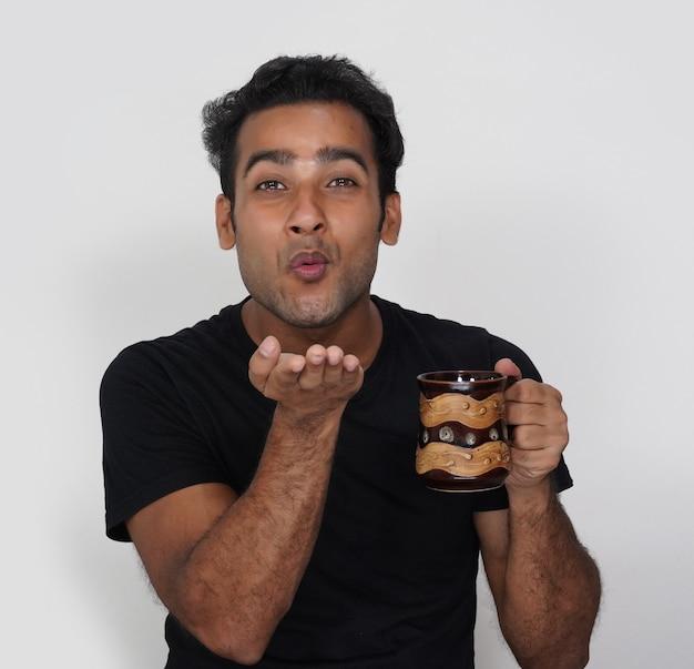 그의 커피를 위해 그녀의 아내에게 플라잉 키스를주는 남자
