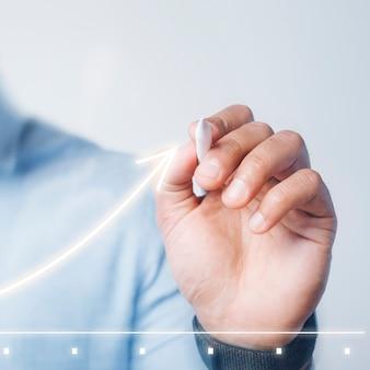Uomo che fa una presentazione grafica utilizzando una penna digitale ad alta tecnologia