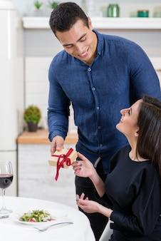 Мужчина дарит жене подарок на день святого валентина