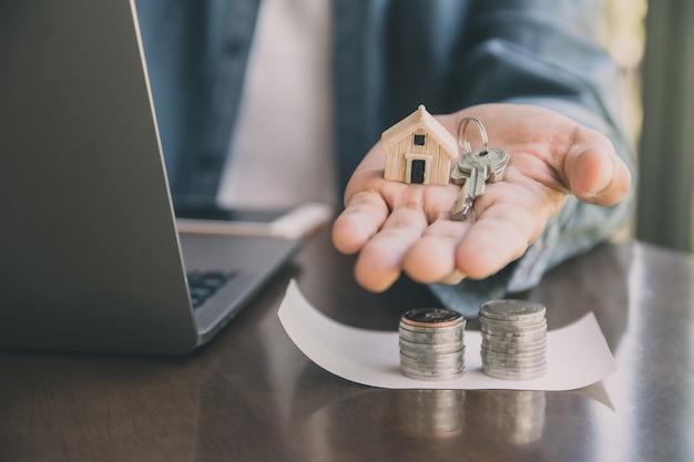 Человек дает ключевой дом клиенту, бизнес-концепция инвестиционной недвижимости
