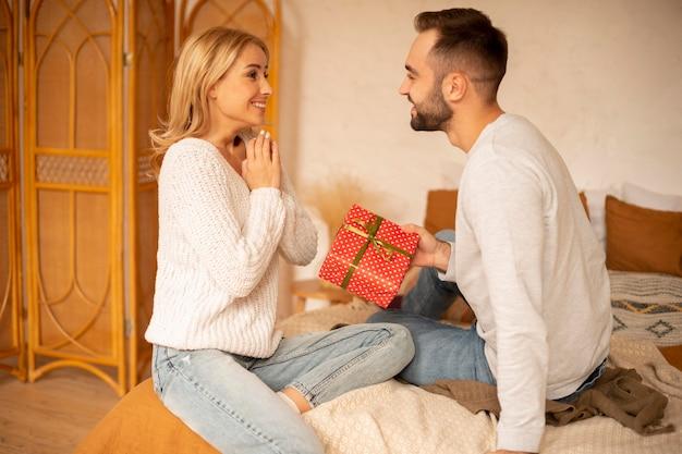 男性が女性にプレゼントを贈る