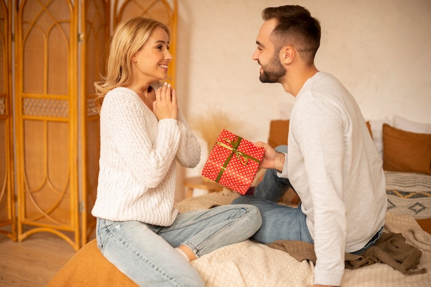 Uomo che dà presente alla donna