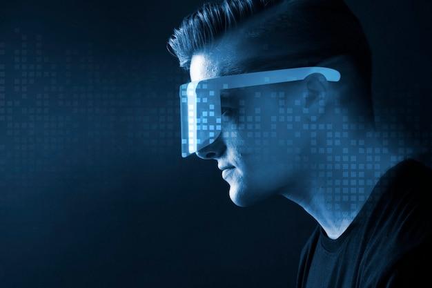 Uomo con gli occhiali in realtà aumentata blu