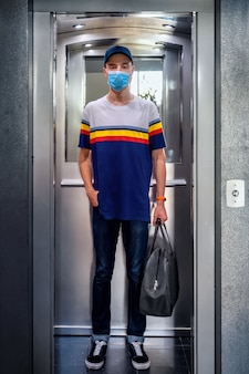 Человек отправляется в безопасное путешествие во время пандемии