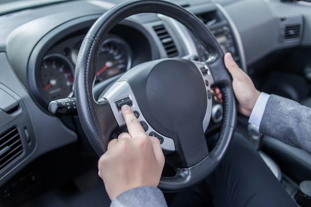 바퀴에 손가락 프레스 버튼을 사용하려고하는 사람