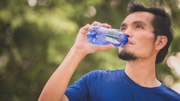 Человек хорошего здоровья пить воду счастливая улыбка