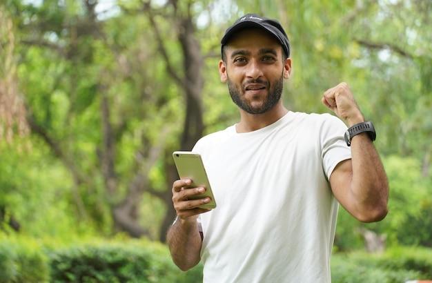 男は彼の携帯電話で良いニュースを得ました