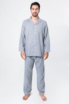 Uomo in pigiama grigio comodo abbigliamento da notte completo del corpo