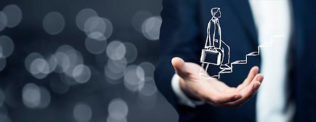 Человек рука человека, поднимающегося по лестнице на экране