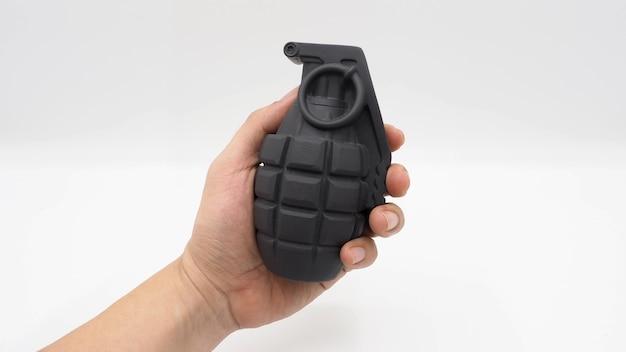 Рука человека и военная бомба пластиковая модель игрушки.