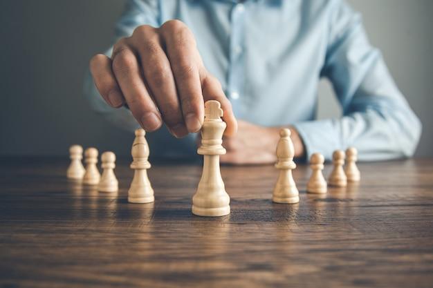 テーブルの上の男の手チェス