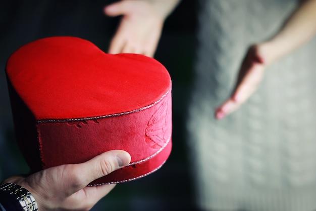 남자 손 주는 발렌타인 하트 커플