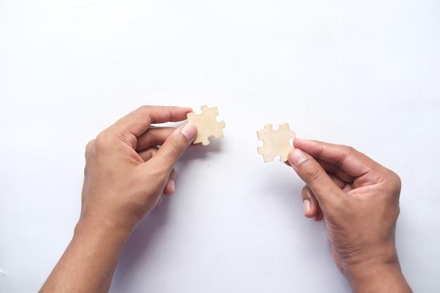 남자 손 잡고 테이블에 연결 퍼즐