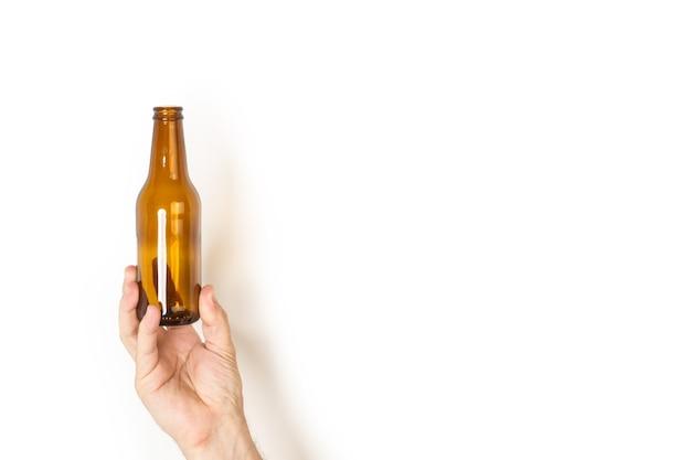 空のビールのボトルを持っている男の手