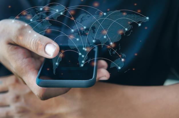 Рука человека держит смартфон. общайтесь с мобильными телефонами и современными социальными сетями по всему миру. элемент этого изображения, представленной наса