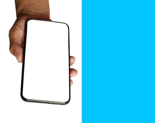 흰색과 파란색 배경에 고립 된 검은 스마트 폰을 들고 남자 손