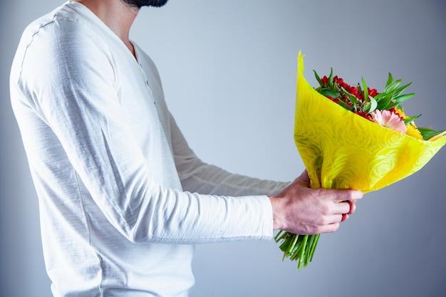 Человек рука букет цветов