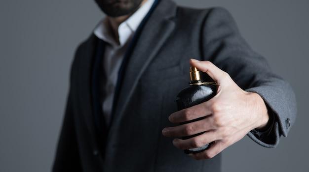 香水瓶を持っている男の手