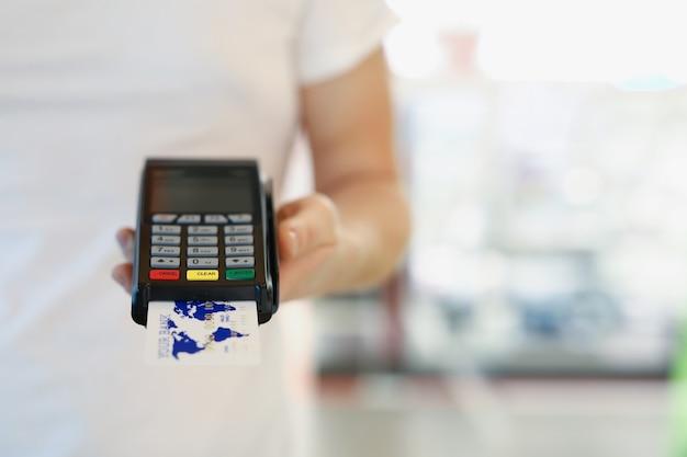 남자 손을 잡고 은행 카드 근접 촬영 pos 터미널