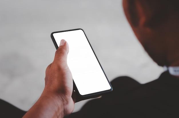 Человек рука смартфон макет пустой экран для рекламного текста