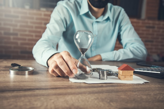 남자 손 모래 시계와 부동산 개념