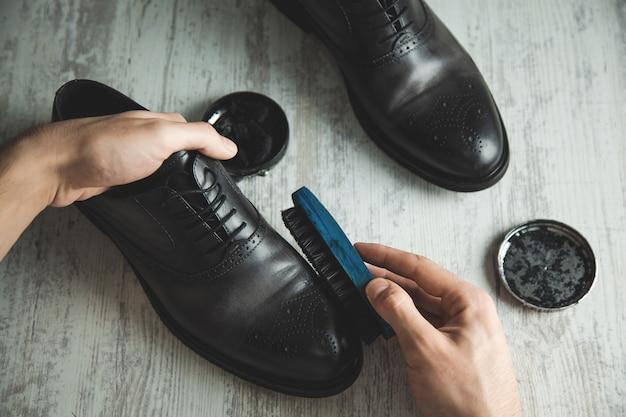 Мужская рука кожаная обувь и аксессуары для ухода за обувью