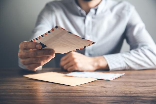 책상에 남자 손 편지