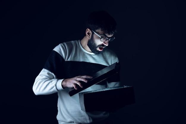 Световой короб руки человека на темном фоне
